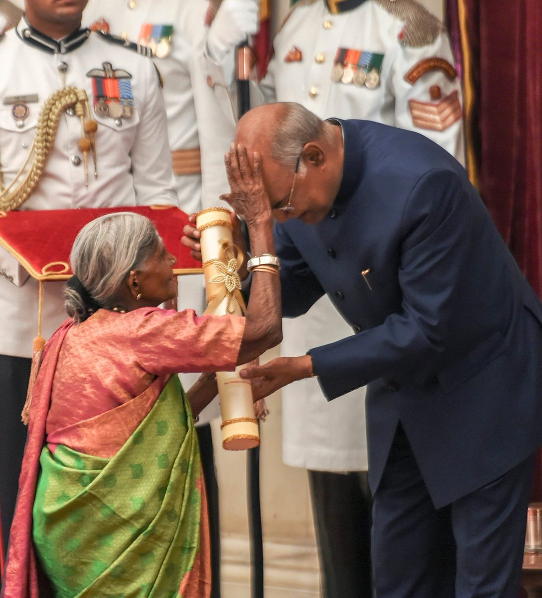 पद्म पुरस्कार जब प्रोटोकॉल तोड़ 'वृक्ष माता' तिम्मक्का ने राष्ट्रपति कोविंद को दिया आशीर्वाद