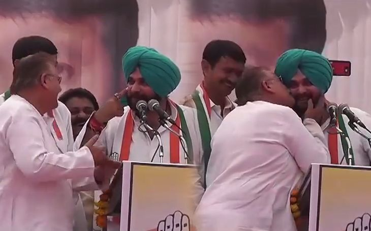 navjot singh sidhu asked for kiss to old man in gadwara video viral